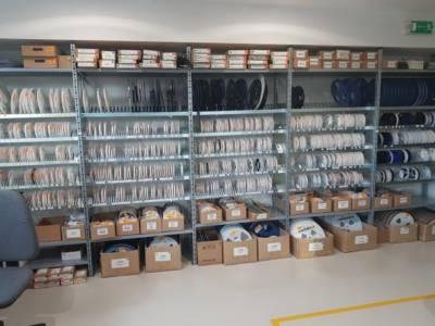 CANOR AUDIO - Z elektronicky řízeného úložného systému lze získat více než 4 000 různých komponentů